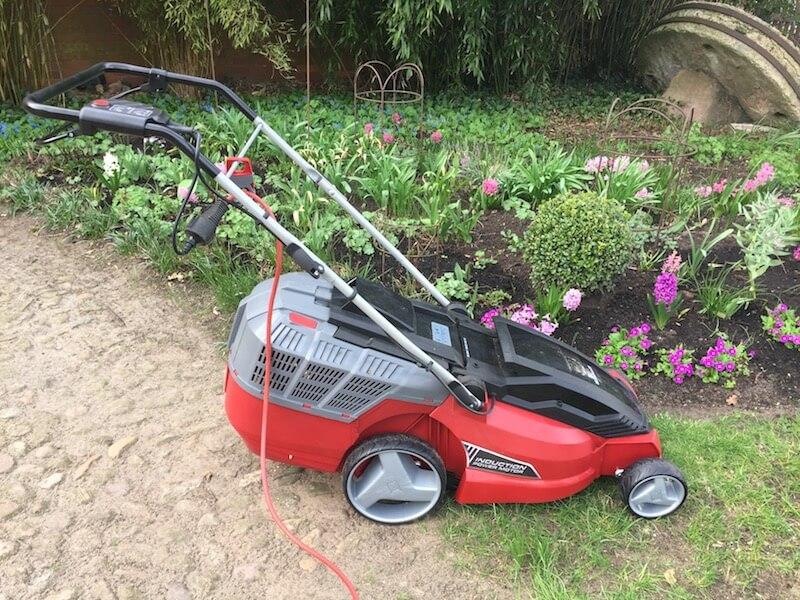 Rasen mähen mit einem elektrischen Rasenmäher