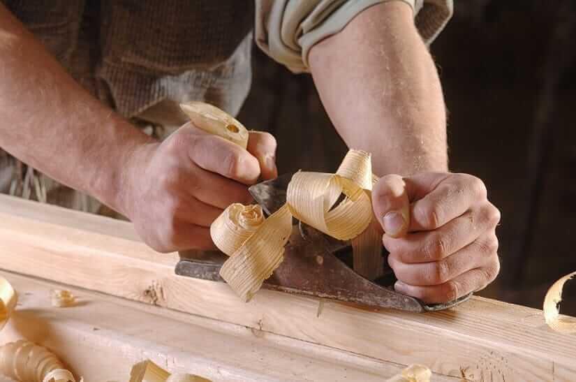 Verwendung eines Hobelwerkzeugs in einer Tischlerei.