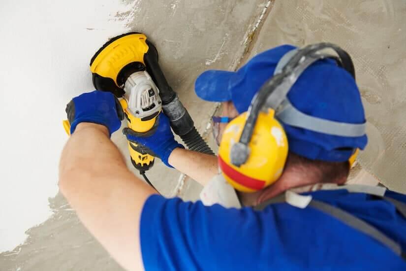 Mann arbeitet mit einem Betonschleifer