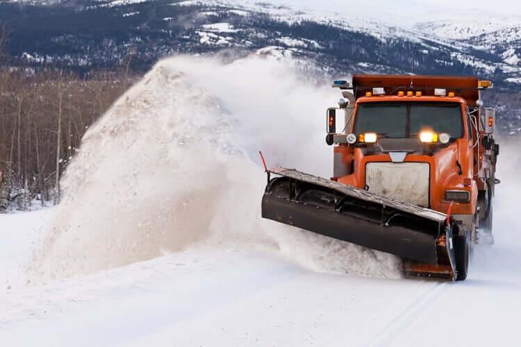 Schneepflug auf der Autobahn
