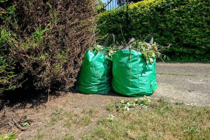 Zwei Gartenabfallsäcke mit Gartenabfällen