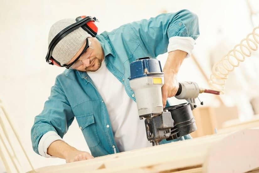 Handwerker mit Druckluftnagler