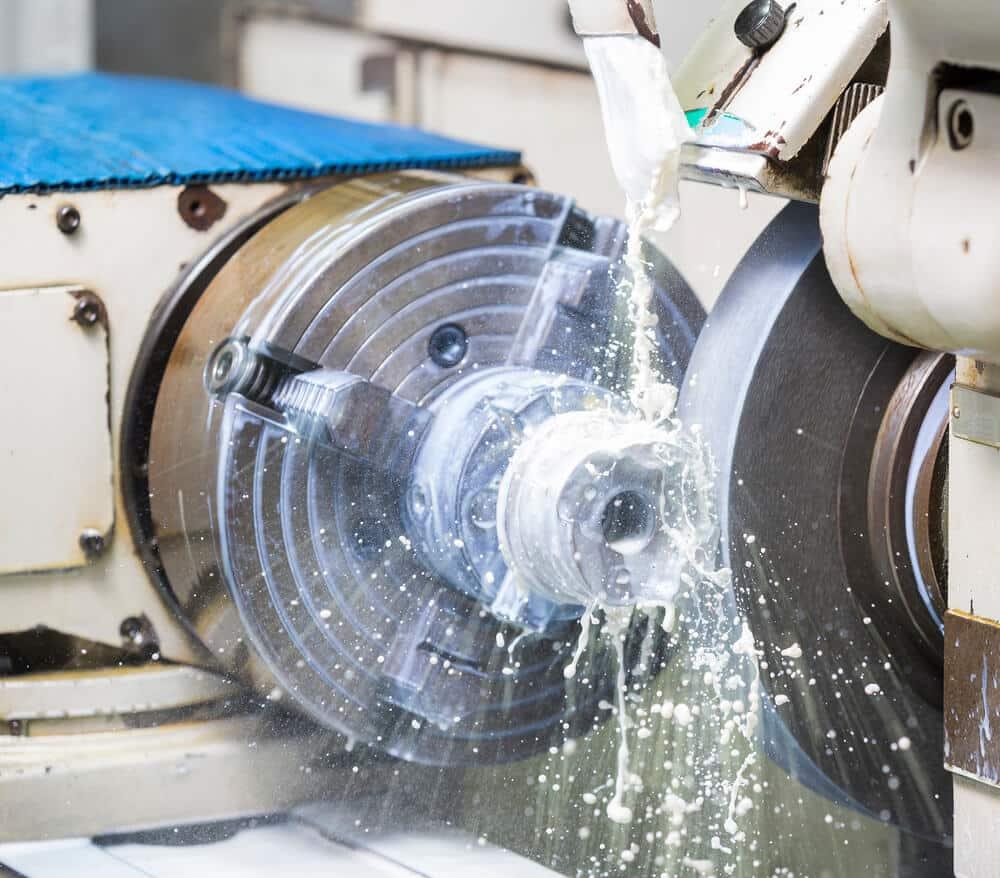 Die Nassschleifmaschine im Einsatz beim Schleifen von Metall