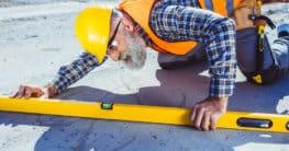 Nutzung einer Wasserwaage 2m im Bau