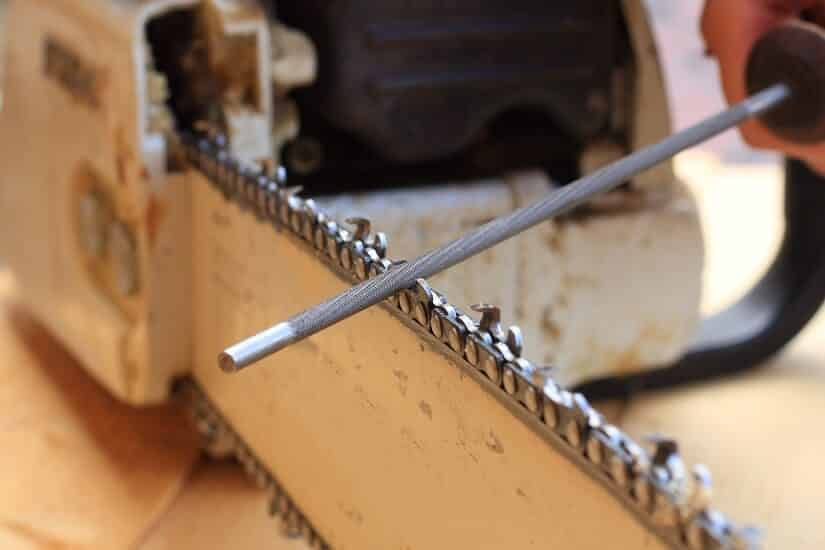 Sägenkette wird ohne Sägeketten Schleifgerät wieder scharf gemacht