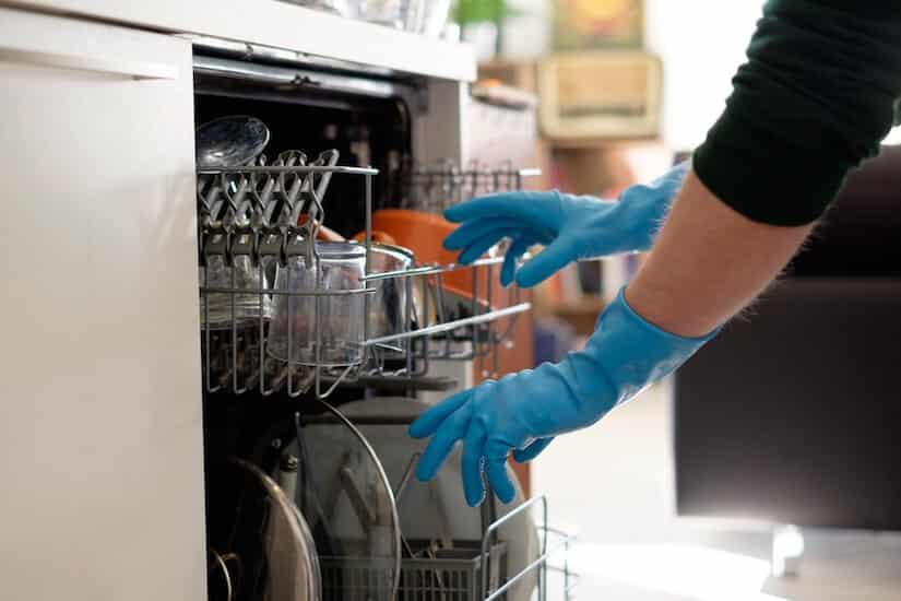 Spülmaschine stinkt. Was kann man tun?