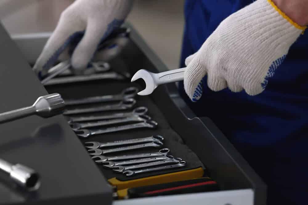 Montagehandschuhe im Einsatz in einer KFZ-Werkstatt