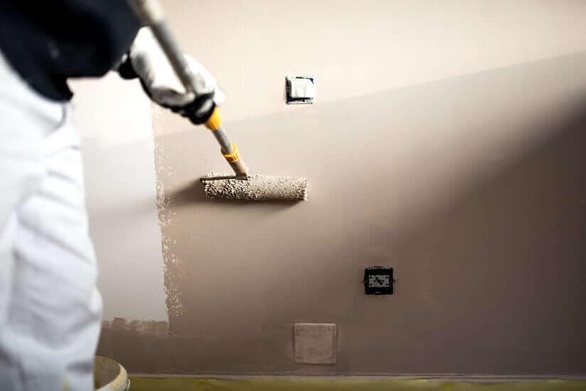 Heimwerker überstreicht die Dämmplatten innen gegen Schimmel. | Foto: Stockcentral / Bigstockphoto.com