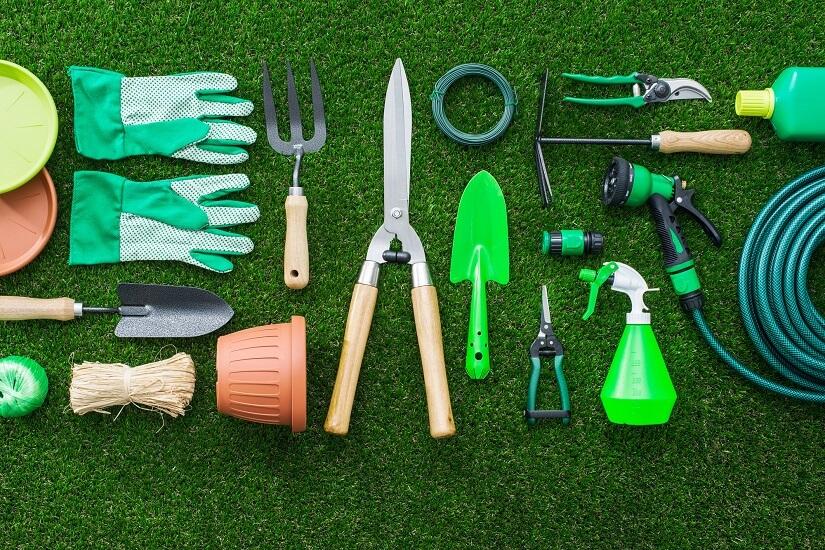 Bei so vielen Geräten und Werkzeugen für den Garten kann man einen Gartengeräteschrank gut gebrauchen