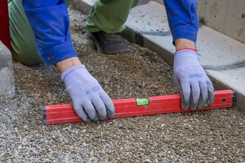 Mit einem Handstampfer kann man sicherstellen, dass der Untergrund eben und fest ist.