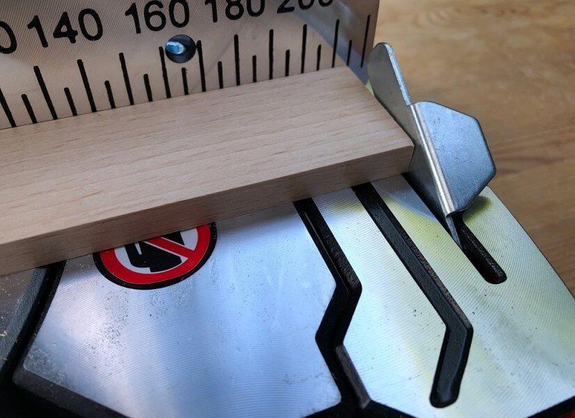 Mit der Metabo KGS 2016M kann man Holz präzise schneiden
