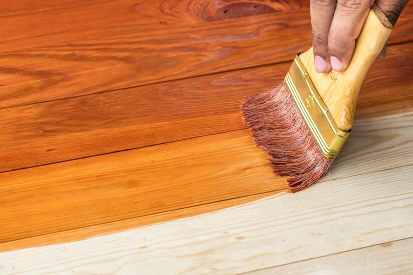Holzboden wird mit Hartwachsöl behandelt