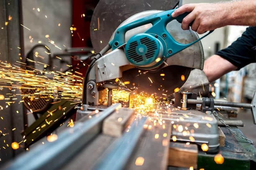 Industriearbeiter bedient eine Kapp- und Gehrungssäge