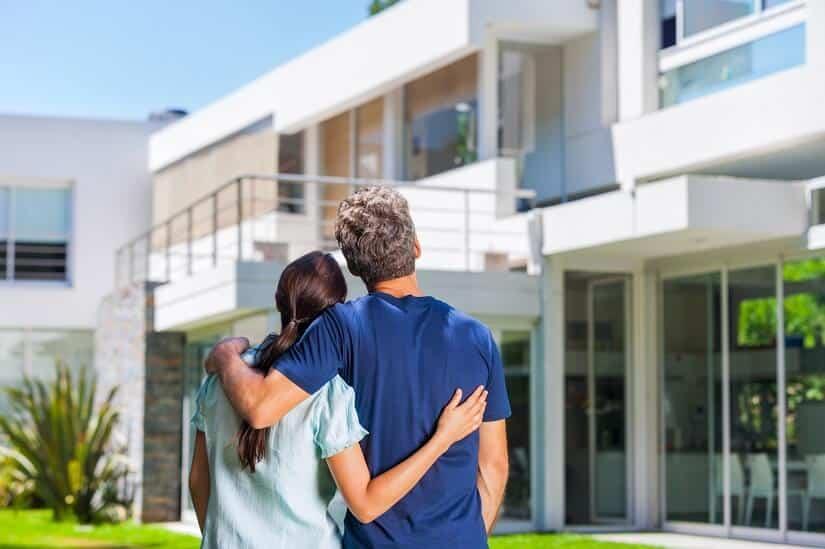 Ein modernes Haus mit ausgebautem Keller braucht Lichtschachtabdeckungen, die sowohl schick als auch funktional sind. | Foto: mast3r / Depositphotos.com