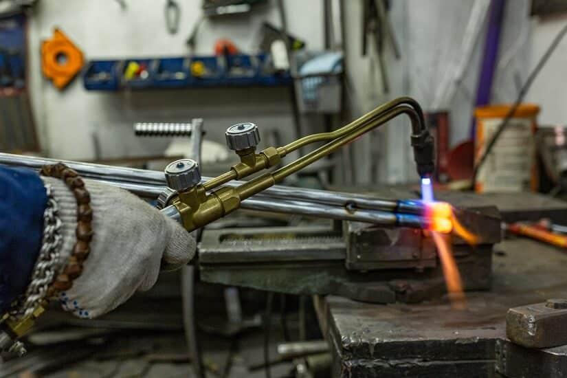 In vielen Arbeitsfeldern der Metallverarbietung werden Schutzgas Schweißgeräte gebraucht