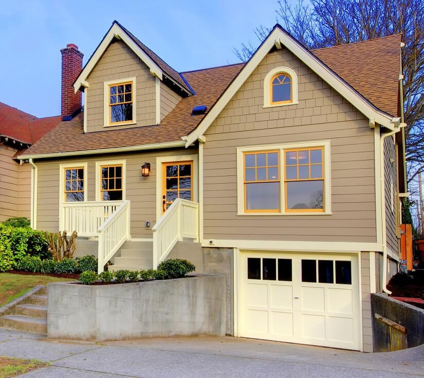Haus mit Thermoholz-Verkleidung