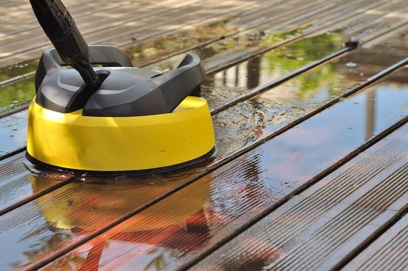 Terrassenreiniger Bürstenmaschine mit Wasser wird zur Reinigung des Terrassenbodens verwendet