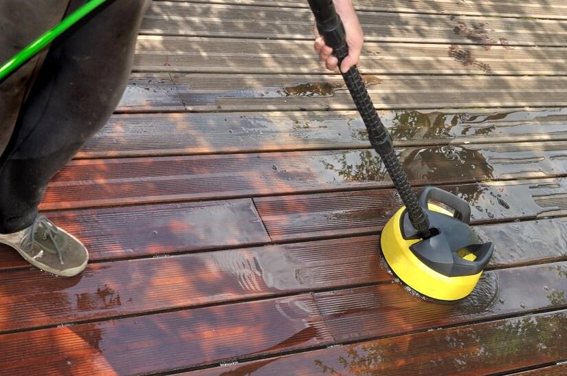 Heimwerker reinigt seine Terrasse mit einem Terrassenreiniger