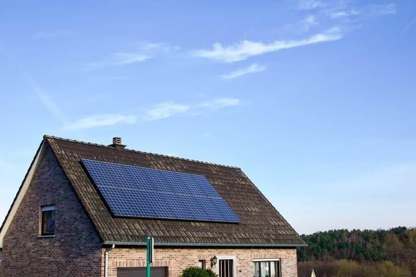 Photovoltaik-Anlage auf dem Dach eines Einfamilienhauses