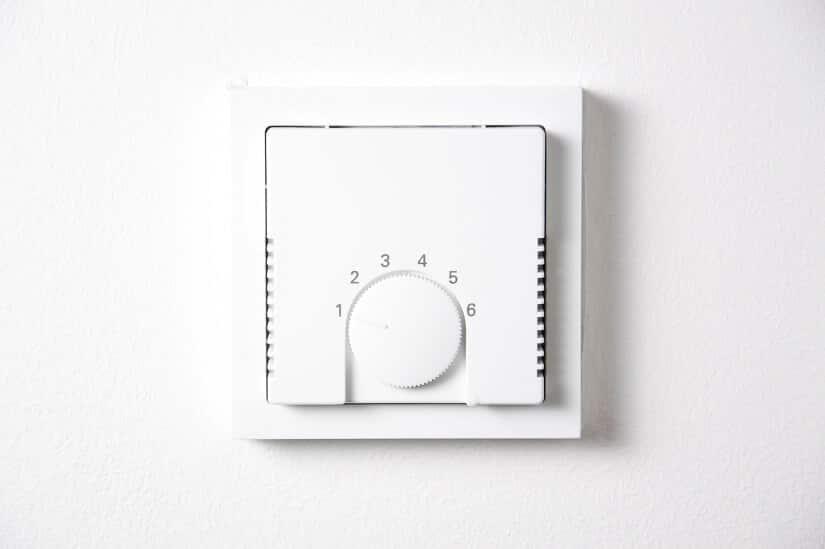 Raumthermostat für die Fußbodenheizung an der Wand angebracht