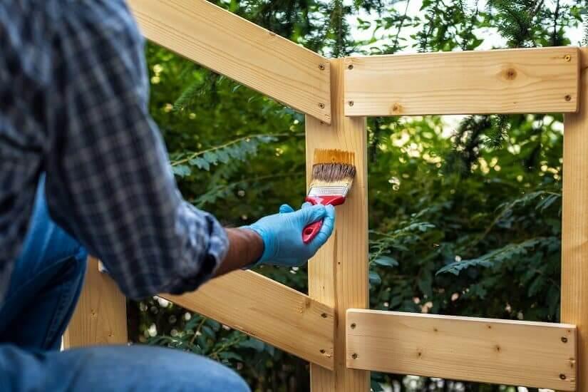 Kesseldruckimprägniertes Holz wird gestrichen