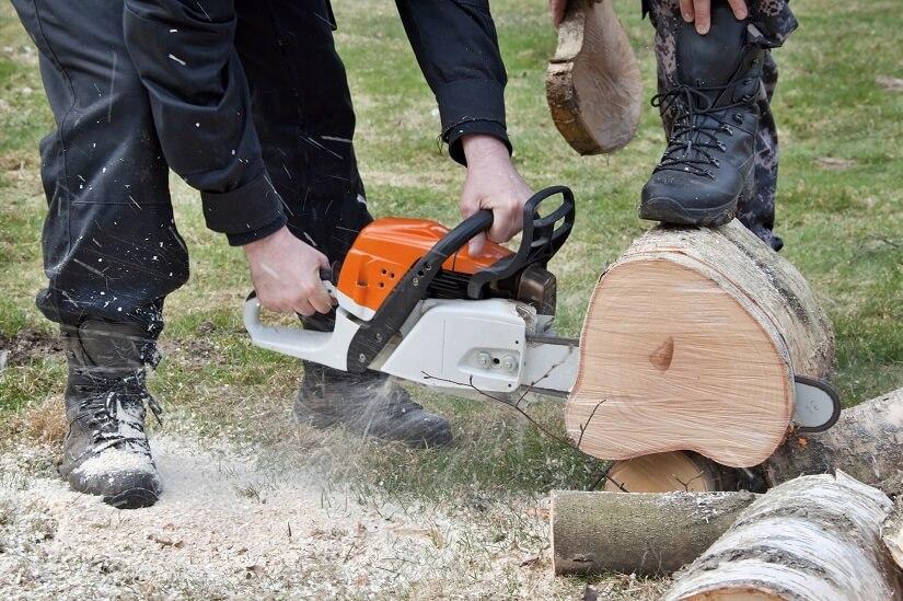 Holzfäller mit Schnittschutzstiefeln