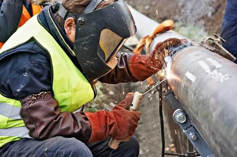 Rohr wird durch Schweißen repariert