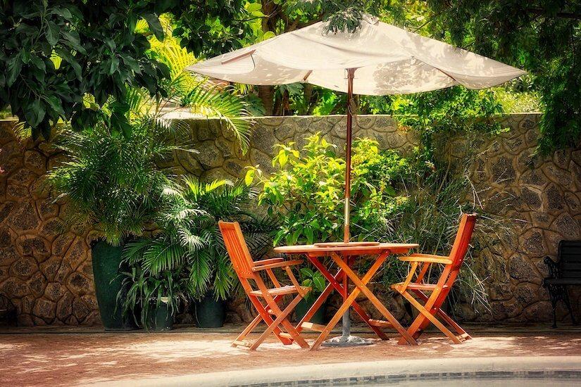 Sonnenschirm als Ergänzung zum schattigen Blätterdach