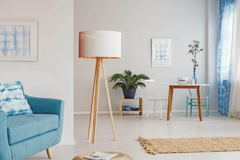 Einfache und dennoch schöne Stehlampe aus Holz