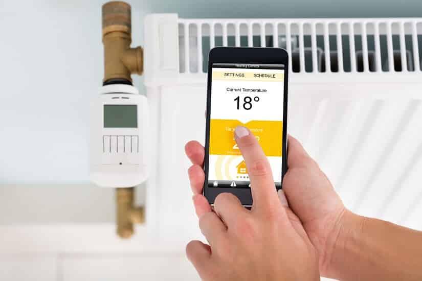 Ein Heizkörperthermostat WLAN wird über ein Smartphone eingestellt