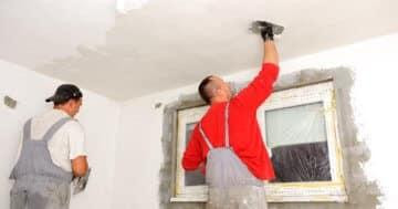 Handwerker beim Modernisieren eines Hauses