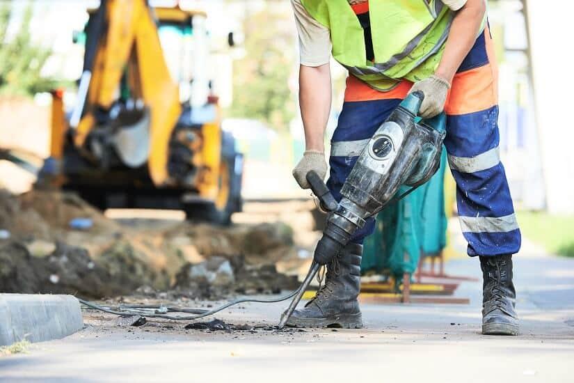 Einsatz vom Abbruchhammer im Straßenbau
