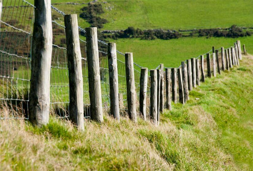 Mit einem Lochspaten lässt sich ein solcher Zaun problemlos errichten