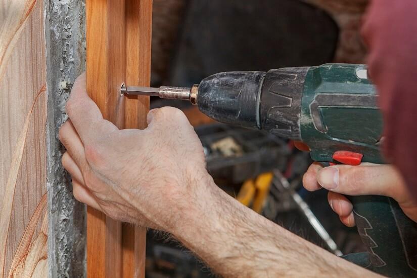Montage einer Türzarge aus Holz