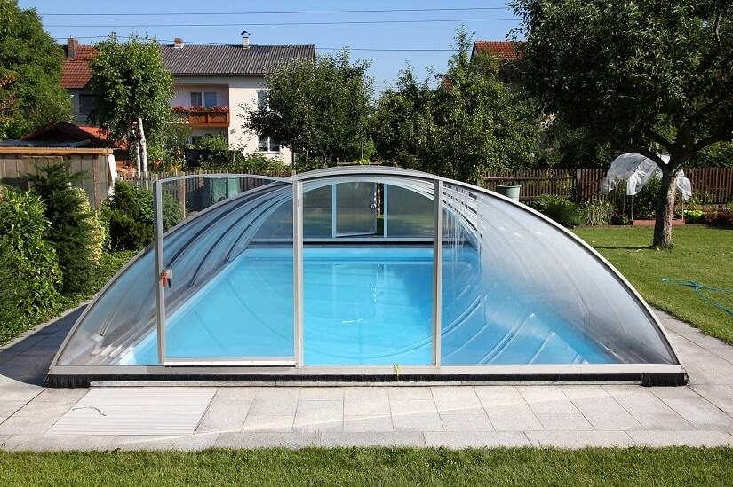 Pool mit begehbarer Überdachung