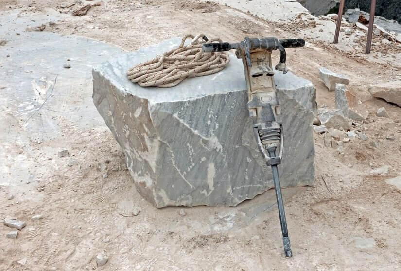 Sogar beim Abbau von Marmor werden pneumatische Bohrhammer eingesetzt