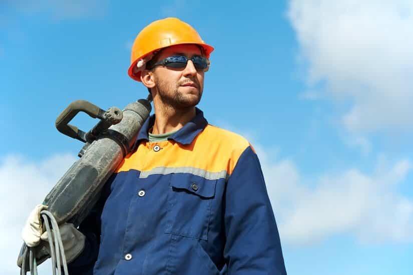 Bauarbeiter mit pneumatischem Bohrhammer