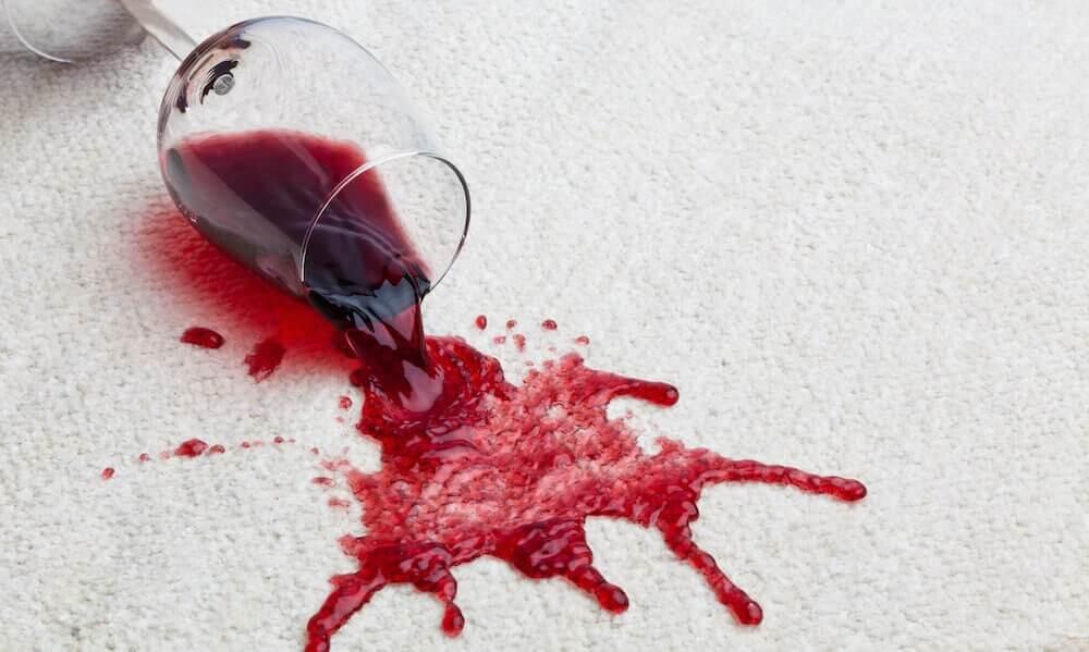 Rotweinflecken auf dem Teppich