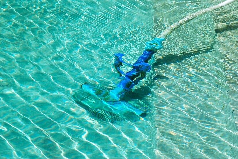 Ein Poolsauger hilft beim Sauberhalten des Poolbodens