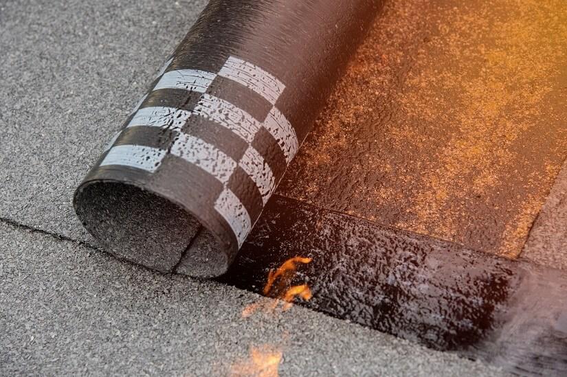Eine Flachdach-Garage wird mit Bitumen abgedichtet