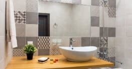 Ein Bad mit schönen Fliesen und den passenden Sanitärobjekten