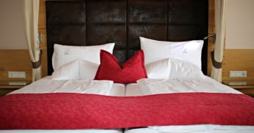 Ein Bett in einem Hotel mit 2 Matratzen