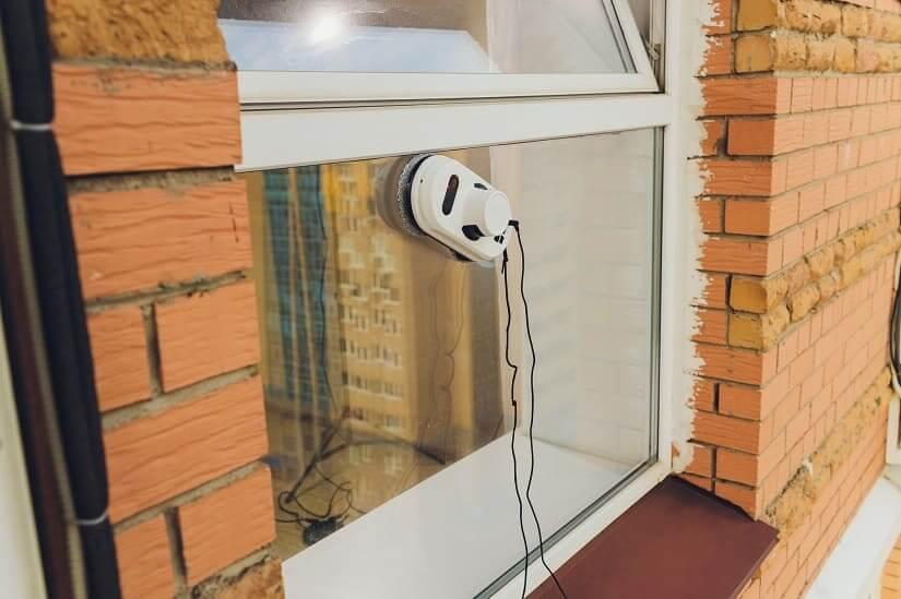 Fensterputzroboter bei der Reinigung der Außenseite eines Fensters