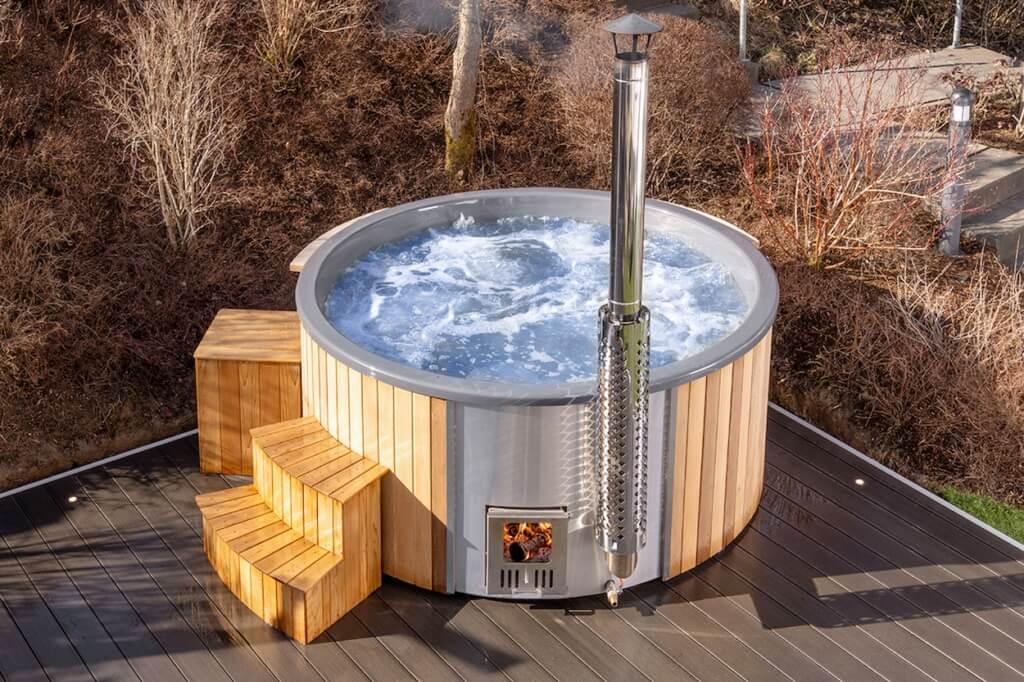 Ein edler Hot Tub auf der Terrasse