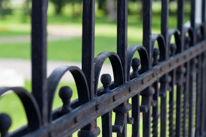 Klassischer Metall-Zaun