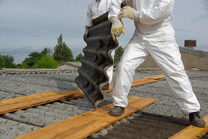 Asbestplatten werden fachmännisch abmontiert