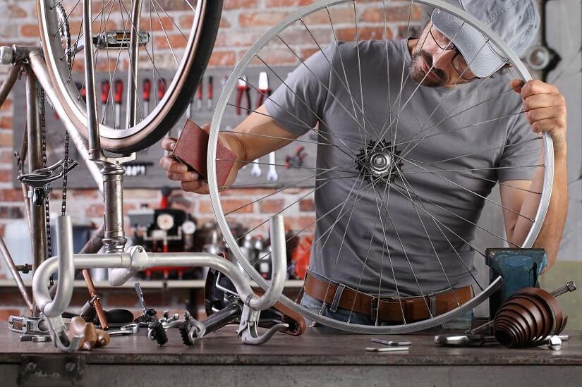 Flugrost wird von Fahrradfelge entfernt