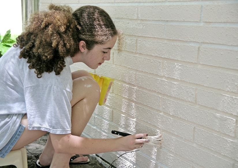 Wand wird mit Latexfarbe angestrichen