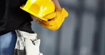 Facharbeiter einer Baufirma mit Schutzhandschuhen
